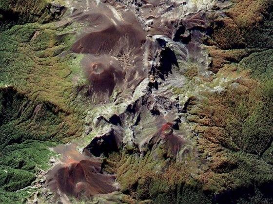 Rangkaian Gunung Vulkanik di Pegunungan Andes   02 April 2012