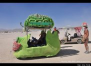 "Sebuah karya seni berupa mobil yang mempunyai ""otak"" berwarna hijau juga berada di festival ini. © Amy Karle"