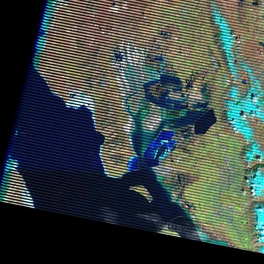 Gambar 1. Citra Satelit Landsat 7 Area Grea Salt Lake, Utah – Amerika Serikat (sumber : http://landsat.usgs.gov/LDCM_Underfly_with_Landsat_7.php)