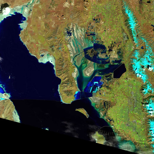 Gambar 2. Citra Satelit Landsat 8 Area Grea Salt Lake, Utah – Amerika Serikat. (sumber : http://landsat.usgs.gov/LDCM_Underfly_with_Landsat_7.php)