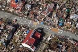 Gambar 5. Foto Udara Memperlihatkan Warga Yang Terkena Musibah Topan Haiyan Membuat Tulisan Bahwa Mereka Sangat Membutuhkan Makanan
