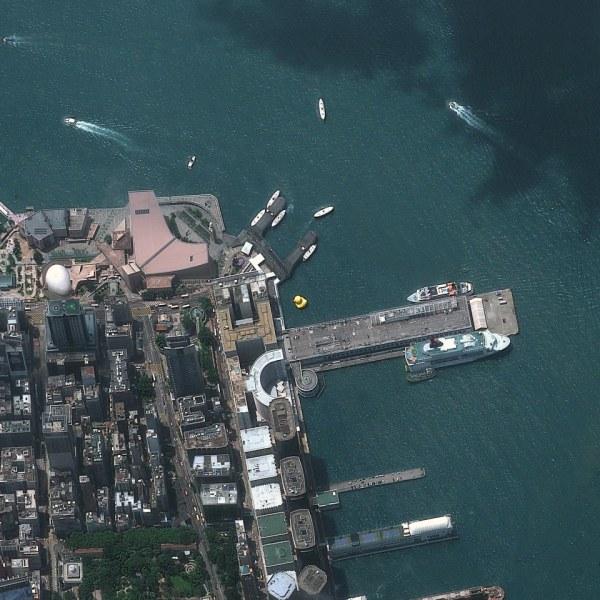 """Gambar 8. Citra Satelit Salah Satu Pelabuhan di Hong Kong Yang Sekaligus Memperlihatkan Adanya """"Bebek Raksasa"""" (Diperlihatkan Oleh Objek Berwarna Kuning Yang Berada Pada Perairan Dekat Pelabuhan) Tanggal Perekaman 9 Mei 2013"""