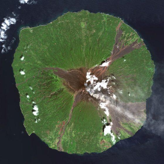 Gambar 9. Citra Satelit Gunung Berapi Manam di Provinsi Madang – Papua New Guinea (Papua Nugini) Tanggal Perekaman 22 Maret 2013