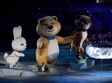 Tiga Maskot Olimpiade Musim Dingin Di Sochi, Rusia, Yaitu Rabbit, Polar Bear, dan Leopard, Sedang Beraksi Di Upacara Penutupan. (Sumber : http://www.sochi2014.com/en/photos)