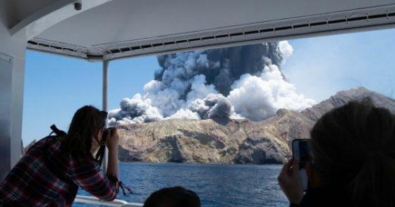 Citra Satelit Resolusi Sangat Tinggi Gunung White Island Menunjukkan Kepulan Asap Pekat Membumbung Tinggi ke Udara (Image Copyright: Maxar Technologies)